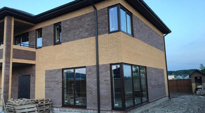 Остекление частного дома в Апшеронске профиль Elex, стеклопакет Solar с золотыми шпроссами