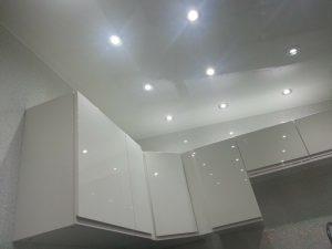 Отделка потолка ванной комнаты