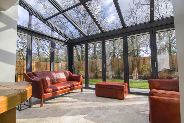 Этот зимний сад отражает солнечное тепло, сохраняя пространство прохладным летом и теплым в зимние месяцы.