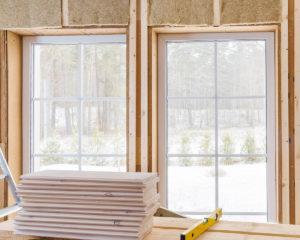 Различия между сменными окнами из винила, дерева, композитного материала, стекловолокна и алюминия