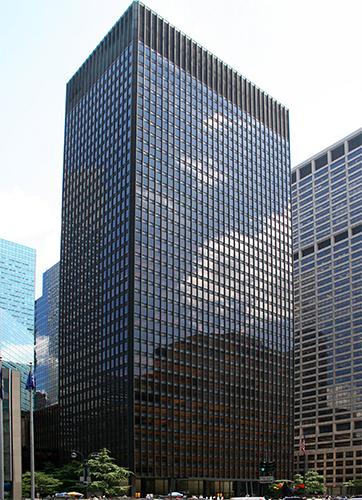 Стеклянный фасад здания Seagrams в Нью-Йорке